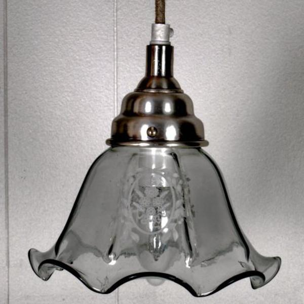Skøn loftlampe i antik glas med dekoration hos Louis & Ludvig