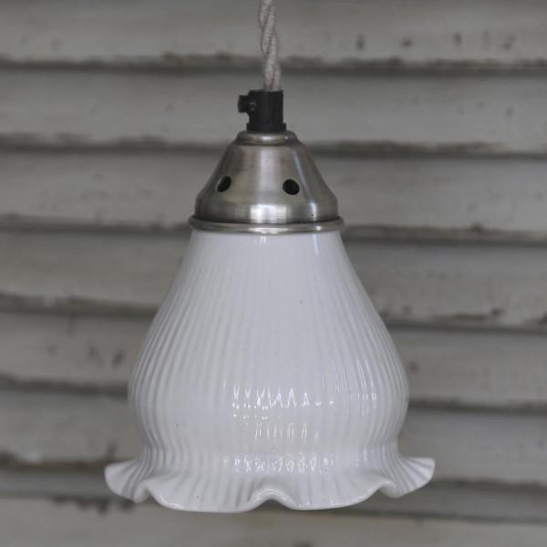 Fin loftlampe med rillet porcelænsskærm og romantisk stil hos ...