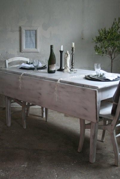 Skønt hvidt spisebord i træ. bordet har en smuk patinering hos ...